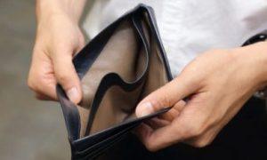 Persoon met een lege portemonnee