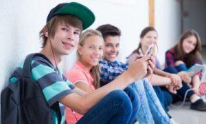 jongeren die bij elkaar zitten