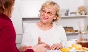 vrouwelijker cliëntondersteuner geeft advies