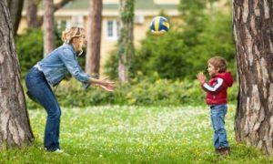 Moeder en zoon houden de ballen in de lucht