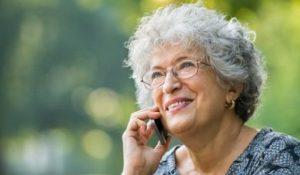 Vrouw bellend met de gemeente over Wmo-ondersteuning