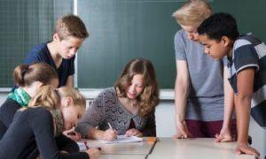 Jongeren in een schoolklas