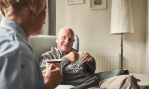 oudere man in gesprek