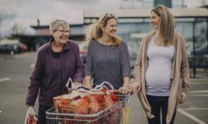 oma doet boodschappen met dochter en zwangere kleindochter
