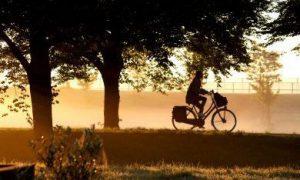 eenzame fietser in de ochtend op weg naar werk
