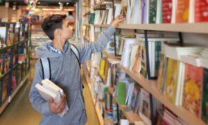 jongen in bibliotheek