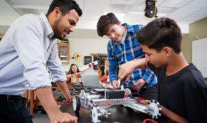 leerlingen en leraar praktijkles